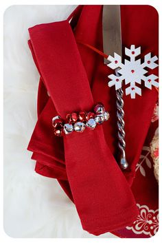 Each ring takes less than 5 minutes to make! Need: Wire, 18 small bells each. Christmas Napkin Rings, Christmas Napkins, Christmas Coffee, Christmas Holidays, Christmas Decorations, Christmas Ideas, Merry Christmas, Christmas Things, Table Decorations