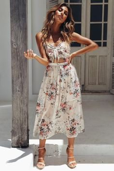 Floral maxi dress // This beautiful floral print maxi dress is a slice of heaven! Featuring a waist cut out and bust tie detailing (not to mention the gorgeous floral print), this stunner is perfect for brunches with the girl gang. Style this floral print maxi dress with strappy heels and oversized sunnies for a super-chic weekend look. Ma
