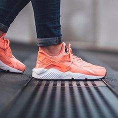 Sneakers women - Nike Air Huarache Atomic Pink by titoloshop Nike Huarache Women, Nike Air Huarache, Air Max Sneakers, Sneakers Nike, Sneakers Women, Vegan Shoes, Courses, Huaraches, Womens High Heels