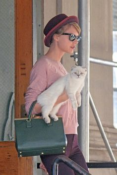Taylor Swift Justifies Her Awkward Dancing in Hilarious Vine Video: Photo Taylor Swift carries her adorable kitten Olivia Benson out of her apartment while going for an early morning stroll on Tuesday (September in New York City. Taylor Swift Cat, All About Taylor Swift, Taylor Swift Quotes, Taylor Swift Pictures, Taylor Alison Swift, Meredith Swift, Meredith Grey, Vines Funny Videos, Funny Vines
