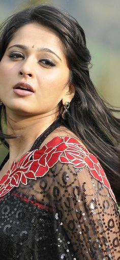 Most Beautiful Bollywood Actress, Beautiful Indian Actress, Anushka Shetty Saree, Bollywood Pictures, Snake Girl, Actress Anushka, Beauty Portrait, Indian Celebrities, Beautiful Saree