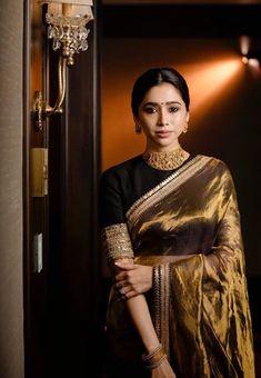 Aarthi Ravi giving us major saree goals! Silk Saree Blouse Designs, Saree Blouse Patterns, Fancy Blouse Designs, Saree Designs Party Wear, Peach Saree, White Saree, Golden Saree, Dress Indian Style, Indian Outfits