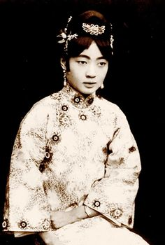 Empress Wanrong, also known as Empress Xiaokemin, was married to the last Emperor of China and the Qing Dynasty. She was born on 13 November 1906 in Beijing [. Women In History, Ancient History, Last Emperor Of China, Nam June Paik, Dynasty Clothing, Vintage Photos Women, Ancient Beauty, Vogue, Qing Dynasty