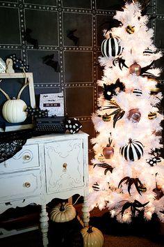 ホワイトツリーならモノトーン・ハロウィンにピッタリ 人気のモノトーン・ハロウィンはホワイトツリーで演出してみてはいかがでしょう。 特に今年はセリアのモノトーンシリーズが可愛いので、小物と一緒に飾ってみても♥ シンプルなオーナメントでセンスの...