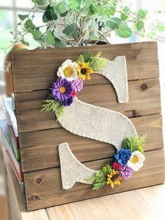 Felt and wood wall hanging perfect for fall! Felt and wood wall hanging perfect for fall! Felt Flowers, Diy Flowers, Fabric Flowers, Paper Flowers, Felt Diy, Felt Crafts, Diy And Crafts, Maquillage Or Rose, Letter Wall Art