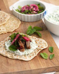 Souvlaki - Opskrift med hjemmelavet fladbrød og syltede rødløg Recipe Souvlaki