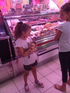 Muchas personas van a el Mercado Central de Alicante para comprar carne fresca. En la foto una chica y su madre tienen un perro y fueron muy simpaticas respondiendo a nuestras preguntas.