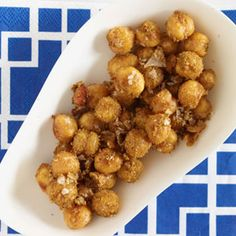 amandas new favorite snack used olive oil...next tiime leave out cumin and use garlic, onion, s&p! Spiced Chickpeas Recipe, Crispy Chickpeas, Vegetarian Protein Sources, Vegetarian Snacks, Protein Rich Foods, High Protein Recipes, Veg Protein, Healthy Fats, Healthy Snacks