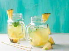 L'eau d'ananas pour soigner la rétention d'eau.   L'ananas est riche en vitamine C et a des effets diurétiques et anti-inflammatoires, ce qui permet d'éliminer les excès de liquides dans le corps.