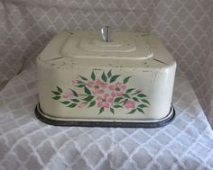 Vintage 1930 s floral painted square cake tin the best dark blue paint colours Vintage Cake Plates, Vintage Bread Boxes, Vintage Tins, Vintage Dishes, Vintage Love, Retro Vintage, Vintage Cakes, Vintage Kitchenware, Cake Carrier