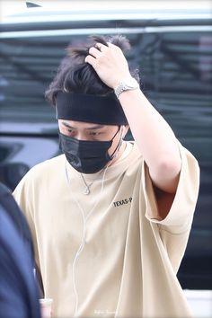 Ikon Member, Kim Hanbin, Kim Dong, Perfect Timing, Airport Style, Boy Bands, Raincoat, Kpop, Boys