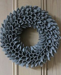 Grey Christmas Felt Wreath - would work well in a bright color (orange?Grey Christmas Felt Wreath-I am making this, swoon!Simple yet beautifully styled soft grey felt wreath.Lovely Felt Wreath- big on style with a contemporary design. Felt Wreath, Wreath Crafts, Diy Wreath, Felt Crafts, Burlap Wreath, Holiday Crafts, Holiday Decor, Burlap Bubble Wreath, Felt Christmas