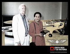 Capitanes francisco peña, uno de los pioneros de la aviación privada del país, y Hilda Lutz, primera mujer piloto de Costa Rica en el homenaje que se les rindió en la segunda feria de la aviación.