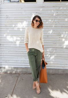Cargo pants are back, and they're more trendy than ever! Here are 22 cool street style outfit ideas to wear cargo pants and be on trend. Style Désinvolte Chic, Style Casual, Casual Chic, Casual Outfits, My Style, Comfy Casual, Cargo Pants Outfit, Baggy Pants, Green Cargo Pants