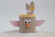 Et pour finir cette petite série de tutoriels pour enfants, voici une idée pour créer un totem coloré et recyclé. Avec peu de matériel et une touche d'imagination, transformez des boîtes de c…