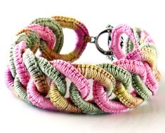 Ierse haak armband Faux Chainmail roze salie Ecru lichtgeel Dit is een handgemaakte Ierse haak faux chainmail armband. Gemaakt van katoenen draad er 18 elkaar grijpende ringen in roze, salie en een bonte draad (roze, salie en ecru en bleke geel). Deze armband is 1(2,5 cm) brede en 9 (23 cm) lang, en sluit af met een faux antieke zilveren afgewerkte knevel gesp. Hand kan gewassen worden in koud water alleen. Doen niet machine fijnwas of plaats in een droger. Gebruik geen bleekmiddel. Niet…