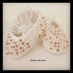 94f47e298 Para decorar sapatinhos Sapatos De Pérolas, Sapatos Decorados, Sapatinhos  De Bebe, Perola,
