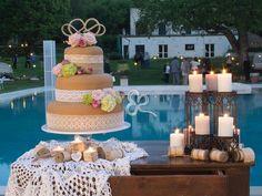 Il taglio della torta nuziale tra pizzi e merletti, magica luce di candele e atmosfere romantiche e un po' retrò