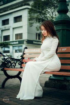 Vietnamese Traditional Dress, Vietnamese Dress, Traditional Dresses, Pretty Asian Girl, Beautiful Asian Girls, Sitting Poses, Vietnam Girl, Ao Dai, Sexy Curves