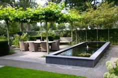 De kleine tuin met vijver