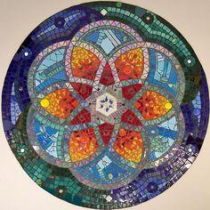 Mandala en mosaico by fj Pebble Mosaic, Stone Mosaic, Mosaic Wall, Mosaic Glass, Mosaic Tiles, Glass Art, Stained Glass, Mosaic Crafts, Mosaic Projects
