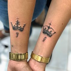 Couple Tattoo King And Queen Hand Dope Tattoos, Mini Tattoos, Unique Tattoos, New Tattoos, Small Tattoos, Tattoos For Guys, Tattoo Main, Couple Tattoos Unique Meaningful, Crown Tattoos For Women