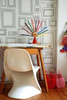 Casalino und alter Kindertisch vor Tapete | #kidsrooms #kidsdiy #kidsroomdiy #diyidea