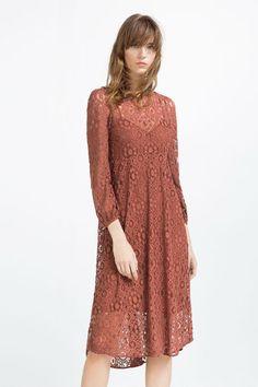 El encaje,crochet y guipur, entre otros, vuelve a estar de moda y es que #Zara ha diseñado los vestidos de su nueva colección para esta primavera 2016 en estos tradicionales diseños creando looks increíbles. #Modalia   http://www.modalia.es/marcas/zara/10701-crochet-guipur-encaje-zara-primavera-2016.html #vestidos #moda #encaje