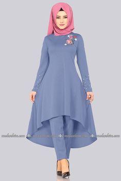 Indian Gowns Dresses, Indian Fashion Dresses, Modest Dresses, Fashion Outfits, Hijab Style Dress, Mode Abaya, Muslim Women Fashion, Modesty Fashion, Designer Party Wear Dresses