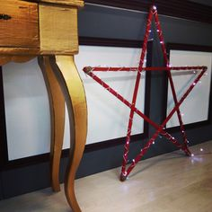 Escaparate navideño. Estrellas de luz y comoda dorada