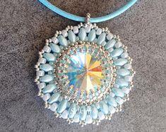 Collier à pendentif en cristal de Swarovski, rocailles Miyuki et SuperDuos plaqué argent et bleues