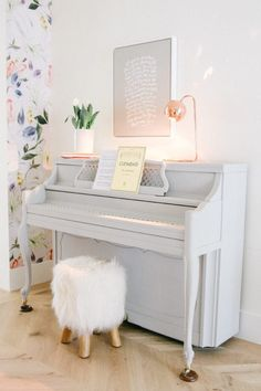 5 simple ideas that you can implement today to make your home ready for spring! These simple updates will help you declutter and make small changes to make your house feel like a home for the new season. Pink Piano, White Piano, Piano Room Decor, Bedroom Decor, Wall Decor, Home Decor Trends, Home Decor Inspiration, Pianos Peints, Piano Living Rooms