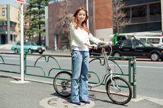 山川ななえさん(30歳・デザイナー)   通勤も買い物も全て自転車でこなしてしまうななえさん。「天気の良い休日は駒沢公園か目黒川緑道を通って池尻のSOAPカフェで決まりですね!」。男性にはぜひロードバイクに乗って欲しいとか。