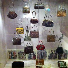 Overzicht van tasjes, supermooi handwerk. Uit tassenmuseum Amsterdam