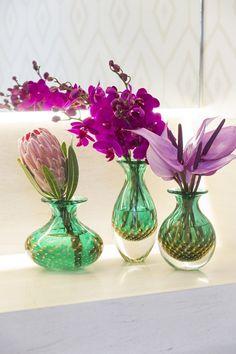 Juntos ou separados, cada um dos vasos nesse tom de verde nos encanta! No vasinho baixo colocamos apenas uma protea. Antúrios rosas caíram bem no vasinho médio e orquídeas no vaso mais alto.