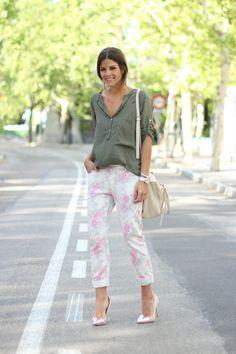 trendy_taste-look-outfit-street_style-ootd-blog-blogger-moda_españa-fashion_spain-nude_stilettos-silver-punta_plateada-nude_handbag-flower_print_pants-estampado_flores-skinny-loose_blouse-blusa_oversize-militar-swarovski-zara-7