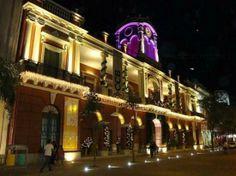 Fachada nocturna del Centro Cultural del Bicentenario Santiago del Estero