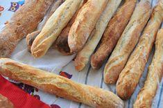 Ropogós bagett házilag, ahogy bárki el tudja készíteni - Receptek | SóBors Hot Dog Buns, Hot Dogs, Garlic Bread, Baguette, Food And Drink, Baking, Foods, Baked Goods, Food Food