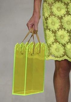 Farb-und Stilberatung mit www.farben-reich.com - neon perspex bag, Simone Rocha, London Fashion Week