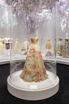 Dior is offering Internet users a free virtual tour of the successful exhibition Christian Dior, Designer of Dreams. John Galliano, Christian Dior Designer, V & A Museum, Vintage Fashion 1950s, Dior Dress, 70th Anniversary, Kentucky Derby Hats, The V&a, Vogue Paris