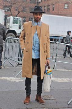 Acheter la tenue sur Lookastic: https://lookastic.fr/mode-homme/tenues/pardessus-chemise-en-jean-jean-bottines-chelsea-sac-fourre-tout-chapeau/8742 — Chapeau en laine noir — Chemise en jean bleu clair — Pardessus brun clair — Sac fourre-tout en toile gris — Jean noir — Bottines chelsea en daim brun