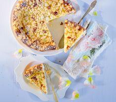 Den klassischen Cheesecake mit Mürbeteig und Quarkmasse werten wir hier mit aromatisch-frischem Rhabarber sowie knusprigen Streuseln auf. Swiss Desserts, No Bake Pies, Cheesecakes, Camembert Cheese, Cereal, Bakery, Sweet Treats, Sweets, Breakfast