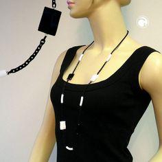 Collier, schwarz-weiß, Ankerkette  Collier mit Kunststoffteil -Pillow- 24x17mm in weiß und schwarz, kombiniert mit gebogenem Rohr 24mm lang in weiß-matt, verbunden mit Aluminium-Ankerkette 8mm breit in schwarz