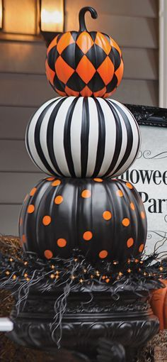 Halloween design pumpkin Put a designer spin on decorating with gourds. Our Halloween Stacked Pumpkins are both witty and stylish. Halloween Veranda, Fröhliches Halloween, Adornos Halloween, Halloween Displays, Holidays Halloween, Halloween Pumpkins, Halloween Makeup, Halloween Costumes, Pretty Halloween