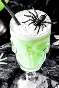 A family-friendly drink that's perfect for adults and kids, this polyjuice potion only has three ingredients: lime sherbet, lemon-lime soda, and ginger ale! Creepy Halloween Food, Halloween Punch, Halloween Drinks, Holiday Drinks, Summer Drinks, Halloween Treats, Holiday Recipes, Halloween Foods, Halloween Party