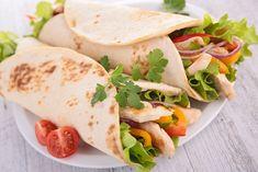 Tortilla to świetny pomysł na obiad lub kolację. Jest szybka, kolorowa i pyszna. W kuchni meksykańskiej tortilla to okrągły płaski placek z mąki pszennej lub kukurydzianej. Może występować w roli pieczywa lub bazy do innych potraw. Zobaczcie nasze inspiracje na szybkie dania.