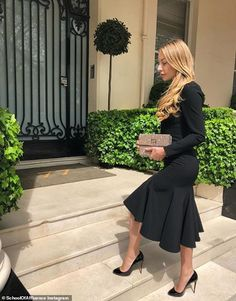The vlogger believes pencil skirts make women look feminine without showing too much skin,. Elegant Style Women, Classy Women, Elegant Woman, Classy Winter Outfits, Chic Outfits, Fashion Outfits, Elegant Outfit, Classy Dress, Look Fashion