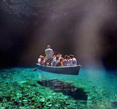 As águas transparentes do lago Melissani, na ilha grega de Cefalônia; ele fica dentro de uma caverna com 3,5 quilômetros de comprimento e foi descoberto somente em 1951
