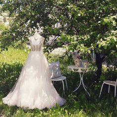 Unser Brautdirndl Kleid Chloé aus der aktuellen Kollektion im Garten unseres Showroom Bauernhauses fotografiert .Ein edles Hochzeitsdirndl mit Rosa Tüll ,maßgefertigt am Ammersee bei München www.tianvantastique.com