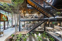 Image 1 of 60 from gallery of An'garden Café / Le House. Photograph by Hiroyuki Oki Deco Restaurant, Restaurant Interior Design, Cafe Interior, Interior And Exterior, Coffee Shop Design, Cafe Design, House Design, Bar A Vin, Café Bar